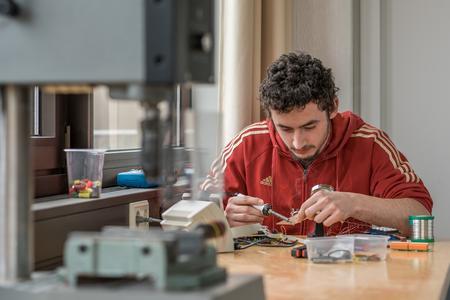 Tristan Eberle im TICK-Werksraum am Campus Künzelsau der Hochschule Heilbronn. Dort arbeitet er an seinem Projekt.