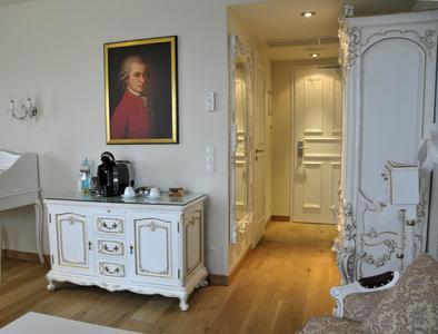 """Im Themenzimmer """"Mozart"""" passt die Schalterserie 1930 in polarweiß ideal sowohl zu den antiken Möbeln als auch zur Multimedia-Anlage."""