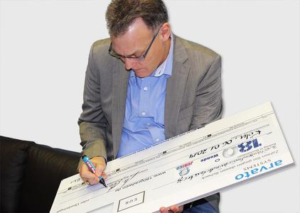 Dr. Manfred Heinen, CEO of arvato Systems S4M GmbH, is thrilled to sign the symbolic check. This campaign was initiated by some very committed and socially-thinking employees.