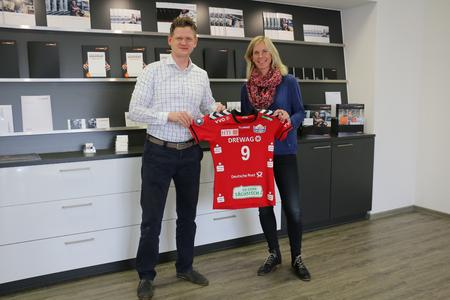 Daniel Ackermann, Geschäftsführer SAXOPRINT und Beatrice Dömeland, Marketing und Sponsoring DSC 1898 Volleyball GmbH
