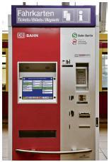 Der Ticketautomat der S-Bahn Berlin verfügt über Braille-Schrift, Hinweisleuchten für den nächsten Bedienschritt und ein Taschenabstellfläche