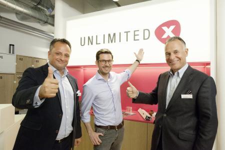 Jobst Wagner, Präsident der REHAU Gruppe (rechts), Dr. Stefan Thomas, Managing Director UNLIMITED X (Mitte), und Dr. Stefan Girschik, Deputy CEO der REHAU Gruppe, eröffneten gemeinsam das REHAU Innovation Lab UNLIMITED X