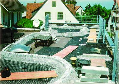 Der vollflächig verlegte Systemaufbau mit Floradrain® bietet Grundlage für Gehbeläge, Wasserspeicher fürs Grün und durchgängige Dränage – auch unter Betonfundamenten.