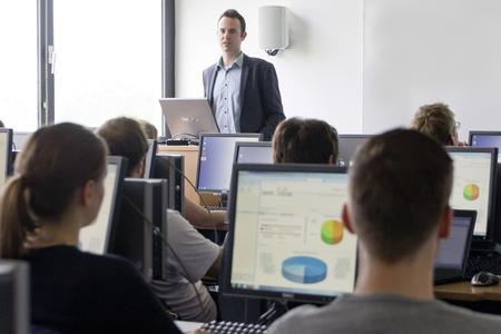 Steffen Homrighausen, Senior Consultant bei CURSOR, präsentiert den Studierenden die CRM-Produkte und das Leistungsspektrum der CURSOR Software AG. Foto: CURSOR/SB