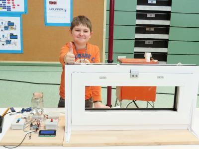 """Nick Pfeiffer mit seinem intelligenten Fenster beim Regionalwettbewerb von """"Jugend forscht"""", Foto: GEZE GnmH"""