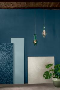 """Farbwelt 3 zeigt sich mit nordischer Klarheit, Frische und Prägnanz. Intensive Blautöne aus dem Vorjahr finden sich hier wieder, allerdings macht sich auch hier die Verschiebung hin zu mehr Grün bemerkbar. Wichtig ist das kühle Rosé """"Flamenco 85"""", das durch die Kombination mit den anderen, dunklen Tönen für Offenheit und Modernität sorgt. Foto: Caparol Farben Lacke Bautenschutz"""