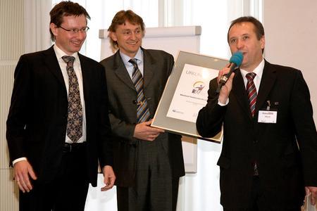 Von links nach rechts: Die Preisträger Christian Wozabal und Arno Friedl mit Jurymitglied Komm.R. Walter Imp.