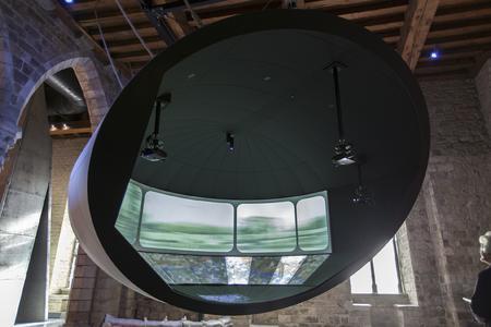 Die Darstellung auf gebogenen Flächen ermöglicht es dem Besucher das vollständige Eintauchen in die Projektion