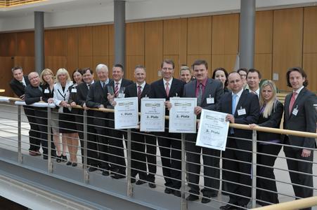 Glückliche Gewinner: Die Top-3-Betriebe freuen sich zusammen mit den Jurymitgliedern und dem Präsidenten des Zentralverbandes Deutsches Kraftfahrzeuggewerbe, Robert Rademacher (7. v. li.) über ihren Erfolg. (Foto: »kfz-betrieb«)