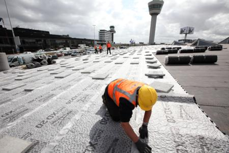 With anti-slip mat: ZinCo supplied the laminated drainage sheet Fixodrain® XD 20 with an additional rubber protection layer on the underside specially for Schiphol, Photo: ZinCo