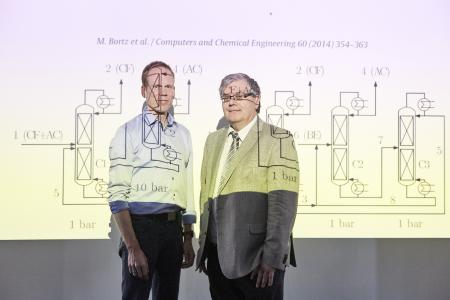 PD Dr. Michael Bortz (links im Bild) und Prof. Karl-Heinz Küfer vom Fraunhofer ITWM erhalten den Joseph-von-Fraunhofer-Preis für die Entwicklung eines Analysetools, das bei der Herstellung von Chemikalien Energie im zweistelligen Prozentbereich einsparen kann / © Fraunhofer-Gesellschaft/Piotr Banczerowski
