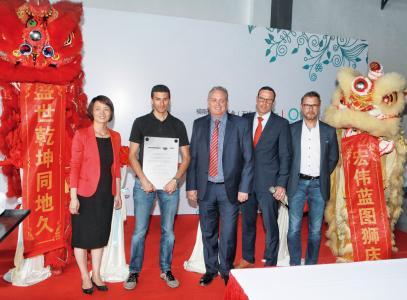 Von links nach rechts: Haifang Wei (CFO Meusburger Mould and Die (Wuxi) Co., Ltd); Daniel Fuchs (Mitglied der Geschäftsleitung, Leiter Logistik und Einkauf, Meusburger); Adrian Low (CEO Meusburger Mould and Die (Wuxi) Co., Ltd); Udo Fuchslocher (CEO PSG); Stefan Dür (Verkaufsleitung Meusburger) / Foto: Meusburger
