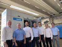 Prof. Dr. Alexander Jesser von der Hochschule Heilbronn (2. von links) und die CeraCon-Geschäftsführer Dr. Frank Kukla (1. von links) sowie Erich Krämer (4. von links) zusammen mit dem Projektteam um Pascal Starke (3. von links),  der bei CeraCon für die Forschung und Innovation verantwortlich ist.