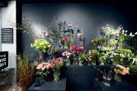 """Elegante Inszenierung bei """"Liebensdienste Flowers"""": Tiefes Nachtblau und gekonnt gesetzte Lichtakzente unterstützen die Präsentation der Ware"""
