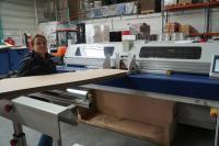 CGoods Mitarbeiterin Nina Birkemeyer demonstriert, wie einfach Wellpappzuschnitte mit der AutoBox herzustellen sind.