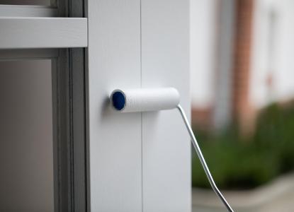 Induline Perfect-Finish ist eine speziell additivierte Lack-Komponente zur Herstellung eines Montagelackes für die Auffrischung lackierter Haustüren im Rollverfahren (Bildquelle: Remmers, Löningen)