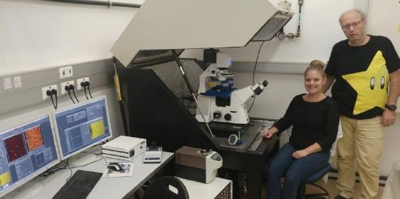 Professor Itay Rousso und seine Doktorandin Sanela Rankovic mit dem JPK NanoWizard® ULTRA Speed AFM an der Ben-Gurion Universität