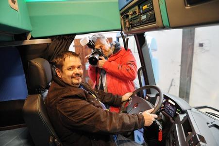 """Unterwegs durch Deutschland erntet Chauffeur Jörg Lehmann die Anerkennung von Kollegen für """"seinen"""" Avatar (Foto: © Renault Trucks)"""